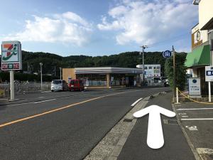 横断歩道を渡ったら左に曲がりセブンイレブンの方へ曲がります。