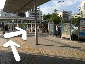 JR逗子駅東口改札を出て、バスロータリーを直進します。