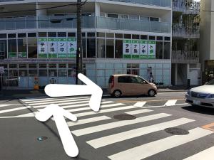 セブンイレブンの方へ横断歩道を渡り右に曲がり、そのまま道なりに進みます。